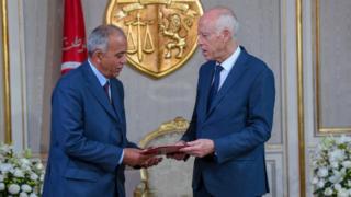 الرئيس التونسي قيس سعيّد يسلم الجملي خطاب التكليف