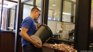 Vídeo postado por Brett Saunders no YouTube já teve mais de 1,5 milhão de visualizações.