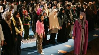 Amina Wadud 2005'te ABD'de cemaate namaz kıldırırken.