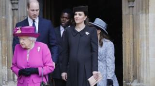 Британская королева Елизавета II в сопровождении членов королевской семьи в воскресенье посетила службу в часовне Святого Георгия XIV века, расположенную на территории Виндзорского замка.