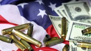 Bandera, balas y dólares.