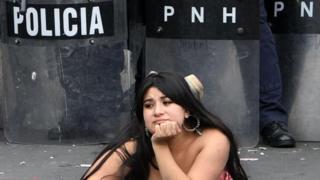 Honduraslı protestocu kadın