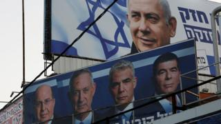 A billboard for Prime Minister Benjamin Netanyahu's Likud party is seen above a billboard for the Blue and White alliance of Benny Gantz in Petah Tikva (7 April 2009)