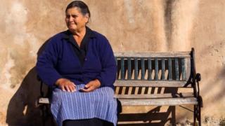 Mulher em aldeia isolada na Grécia