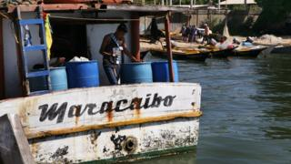 Pescador en un barco