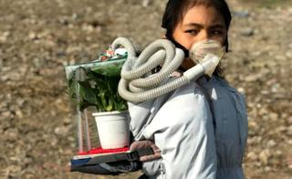 리시프리야가 자신이 만든 미래생존키트 '스키푸'를 쓰고 인도의 나쁜 공기질 개선을 위한 시위를 벌이고 있다