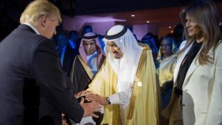 ABD Başkanı Donald Trump, First Lady Melania Trump ile, Mayıs ayında Riyad'a yaptığı ziyarette Kral Selman bin Abdülaziz ile görüştü.