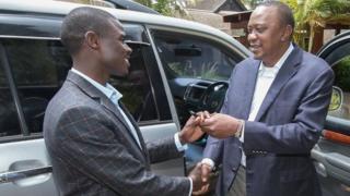Bwana Mwirigi ashikirizwa urufunguruzo rw'iyo modoka na Prezida Kenyatta
