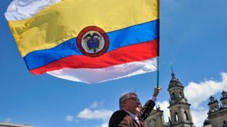 Hombre con bandera colombiana.