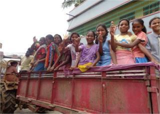 झारखंड के पश्चिम सिंहभूम ज़िले के चक्रधरपुर प्रखंड के कारमेल स्कूल की लड़कियां