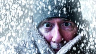 Замерзший человек под снегом