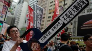 示威者认为香港政府的资源应投放到民生问题上,而不是用来填海。