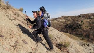 Ryan y Skyla cerca del lugar más remoto en Dakota del Norte. (Foto: cortesía familia Means)