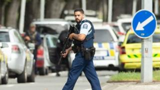 Un policía en la zona en que se produjeron los ataques.