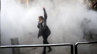 Umwe mu bari mu myiyerekano ahanganye n'igipolisi hagufi ya kaminuza ya Tehran