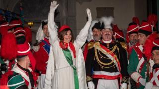 每年都会有一名已婚女性被选定扮演维奥莱塔的角色。