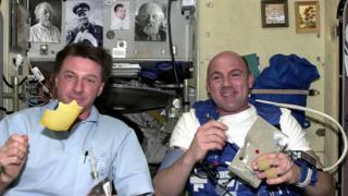 Голландский сыр в невесомости! Нидерландский астронавт Европейского космического агентства Андре Койперс и его коллега из НАСА Майкл Фоул завтракают на борту МКС