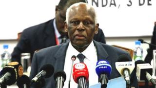 """Un site d'information proche de l'opposition angolaise, Maka Angola, a assuré la semaine dernière que le président angolais de 74 ans est """"entre la vie et la mort dans une clinique privée à Barcelone""""."""