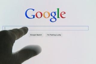 ภาพนิ้วจิ้มไปที่ช่องค้นคำในกูเกิล