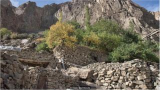 村民为这些岩石仓库设计了裂缝,以让冷空气流通,从而使得石库内的温度低于室外气温。
