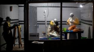 Abakora mu bikorwa by'ubuvuzi bita ku murwayi utaremezwa ko arwaye Ebola i Butembo muri Kongo, ku itariki ya 3 y'ukwezi kwa cumi na kumwe k'umwaka ushize wa 2018