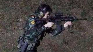 Сининат Вонгваджирапакди стреляет из автомата