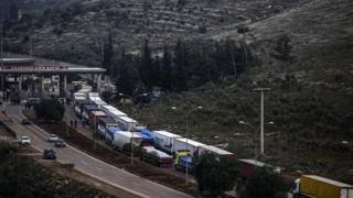 грузовики с гуманитарной помощью на границе с Сирией