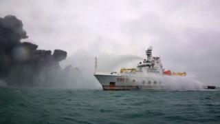 救援船只在向出事油船喷水灭火