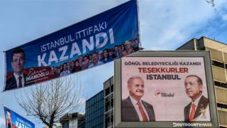 31 Mart'tın ardından İstanbul sokaklarında farklı adayların zaferlerini ilan eden ilanlar asılmıştı