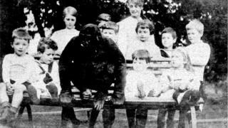 Gorila de Uleu posa com crianças