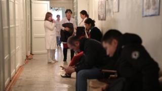 Бишкектеги жугуштуу оорулардын республикалык клиникалык ооруканасына бир күндө 260тан ашык бейтап кайрылса, анын жүзгө жакыны сасык тумоого чалдыккандар.