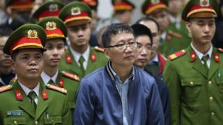 Trinh Xuan Thanh (C), a former oil executive, stands trial at the courtroom of Hanoi People's Court on January 8, 2018.