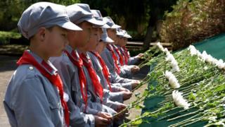 2018年4月3日,一群小學生身著紅軍服裝悼念革命烈士