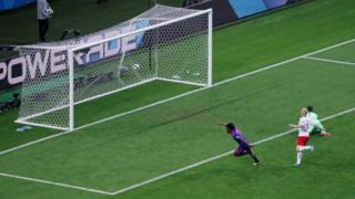 كوادرادو يركض محتفلا بهدفه ولاعب بولندا يقف محبطا