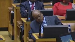 Jacob Zuma oo Baarlamaanka dhex jiifa.