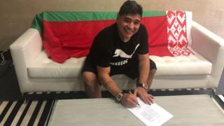 Марадона подписывает контракт