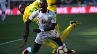 Le défenseur sud africain Kekana tacle violemment Sadio Mané lors du match de qualification pour la coupe du monde 2018 en novembre 2016