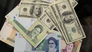 عملات ورقية إيرانية وأمريكية