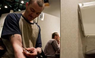 Usuario se inyectan en un centro seguro en Vancouver, Canadá.
