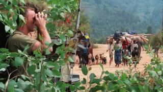 Iyi foto yafashwe muri 1994 irerekana umusirikare w'umufaransa areba impunzi zihunga mu burengerazuba bw'Urwanda.