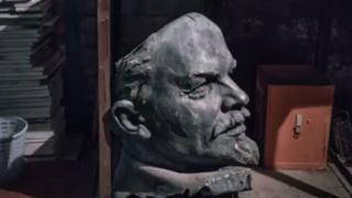 许多被砍下来的列宁头像被丢弃在仓库里。