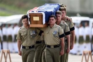 Australian military personnel carry remains in a coffin at the Royal Malaysian Airforce base in Subang (31 May 2016)