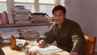 1983年,在河北正定辦公室裏的習近平