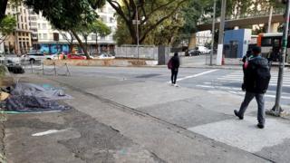 Moradores de rua ao lado do Terminal Bandeira, no centro de SP