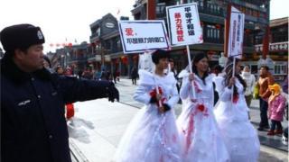 中国女权活动人士抗议家庭暴力。