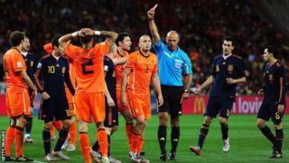 Howard Webb comot red card to show John Heitinga