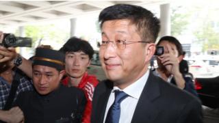 كيم هيوك-تشول لدى وصوله إلى مقر انعقاد قمة هانوي