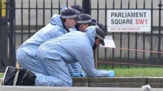 Policías en Londres examinando la escena del ataque.