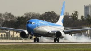 Avión de Aerolíneas Argentinas aterrizando en Buenos Aires