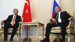 Umukuru w'igihugu wa Turkiya, Reccep Tayyip Erdogan (i bubamfu) n'uw'Uburusiya, Vladimir Putin (i buryo)